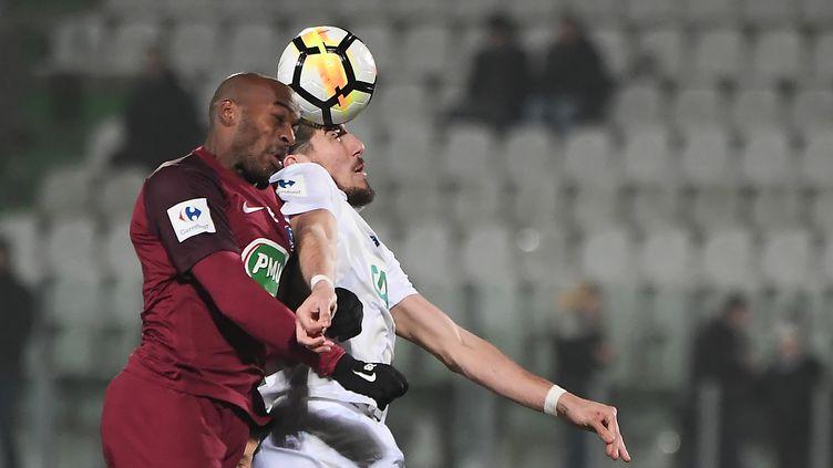 Enzo Crivelli (Caen) en duel avec le Messin Jonathan Rivierez (FREDERICK FLORIN / AFP)