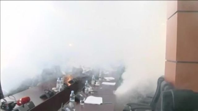 Kosovo : un député dégoupille une bombe lacrymogène en réunion