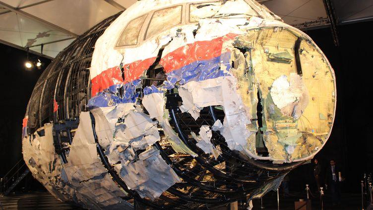 La reconstitution de la carlingue du vol MH17 est présentée à la presse par le Bureaunéerlandais pour la sécurité (OVV), lors d'une conférence de presse à Gilze Rijen (Pays-Bas), le 13 octobre 2015. (LLOYD JONES / AAP)