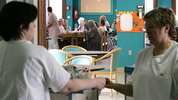 Depuis le lundi 26 et le mardi et 27 décembre, des mesures de confinement ont été prises dans deux maisons de retraite, à Saint-Ours-les-Roches (Puy-de-Dôme) et à La Pacaudière (Loire). (JEAN-CHRISTOPHE VERHAEGEN / AFP)