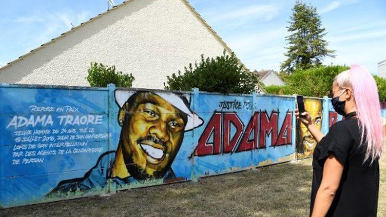 Une fresque représentant Adama Traoré, le 18 juillet 2020, à Beaumont-sur-Oise. (BERTRAND GUAY / AFP)