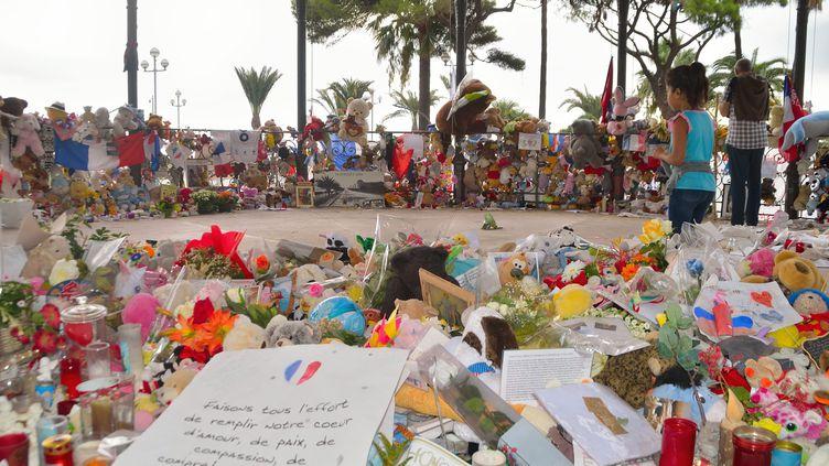 Des personnes se recueillent sur la Promenade des Anglais après l'attentat de Nice (Alpes-Maritimes), le 27 septembre 2016. (CITIZENSIDE / ERICK GARIN / AFP)