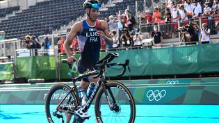 Vincent Luis pendant le triathlon des Jeux olympiques de Tokyo, lundi 26 juillet. (LOIC VENANCE / AFP)