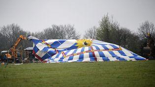 """La tente du """"Lama fâché"""" détruite par une pelleteuse sur la ZAD de Notre-Dame-des-Landes (Loire-Atlantique), le 9 avril 2018. (GUILLAUME SOUVANT / AFP)"""