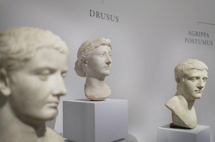 Trois têtes d'Auguste, premier empereur de Rome, d'époques différentes  ( Julien DE FONTENAY/JDD/SIPA )