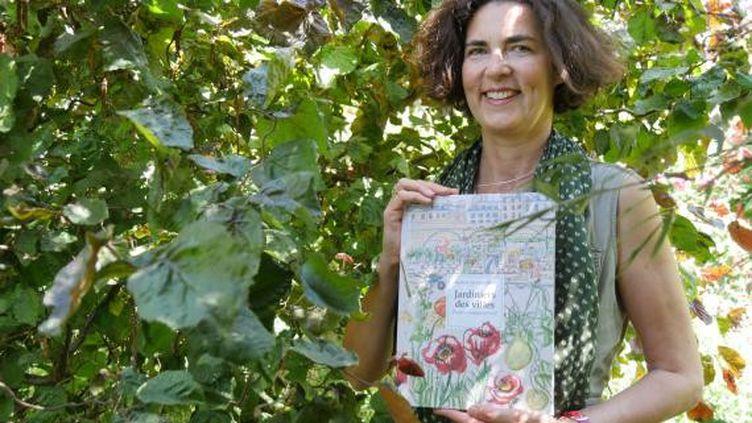 L'illustratriceRaphaèle Bernard-Bacot,avec son livre sur Les Jardiniers des villes. (ISABELLE MORAND / RADIO FRANCE)