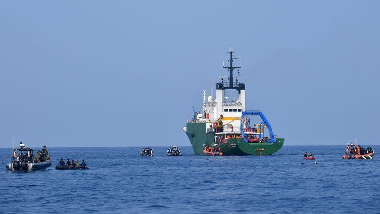 La marine indonésienne et des équipes de recherche en mer de Java, le 31 octobre 2018, après le crash d'un avion de ligne de la compagnie Lion Air. (ADEK BERRY / AFP)