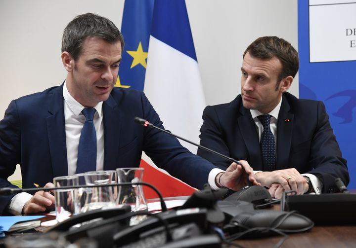 Olivier Véran etEmmanuel Macron, le 3 mars 2020, au ministère de la Santé, à Paris. (BERTRAND GUAY / AFP)