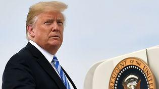 Donald Trump sur la base aérienne d'Andrews, dans le Maryland (Etats-Unis), le 21 août 2018. (MANDEL NGAN / AFP)