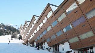 La station des Arcs en Savoie fête ses 50 ans. L'occasion de revenir sur le choix architectural de l'époque de bâtir sur une montagne vierge. (FRANCE 2)