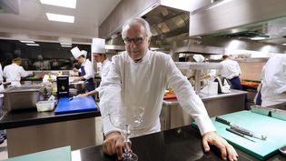 Le chef étoilé Alain Ducasse pose dans la cuisine du palace parisien Le Meurice, le 4 septembre 2013 à Paris. (FRANCOIS GUILLOT / AFP)