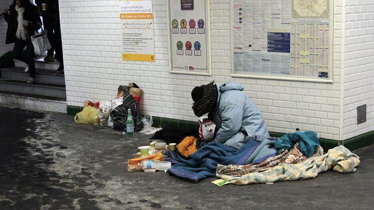 Une femme SDF dans les couloirs du métro parisien, le 8 février 2012. (JACQUES DEMARTHON / AFP)