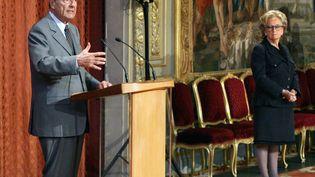 Bernadette et Jacques Chirac lors d'une allocution à l'Elysée, le 13 avril 2007. (PATRICK KOVARIK / AFP)
