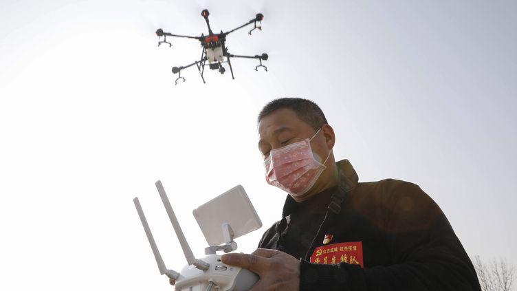Un drone est utilisé pour désinfecter des zones contaminées par le coronavirus à Hénan (Chine). (STR / AFP)