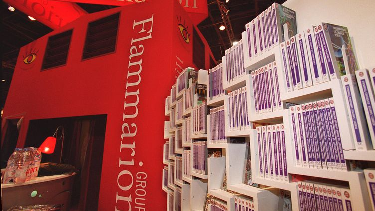Des livres exposés dans le stand Flammarion à la veille de l'ouverture du 20e Salon du livre,à la porte de Versailles à Paris, le 16 mars 2000. (JEAN-PIERRE MULLER / AFP)