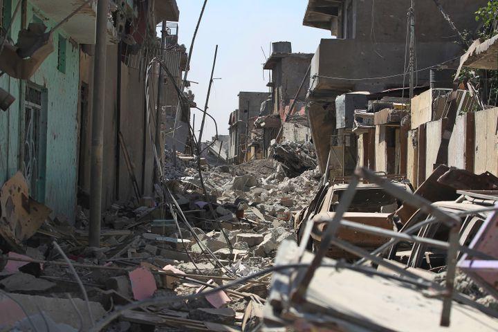 Les décombres de voitures et de bâtiments envahissent les rues étroites de la vieille ville de Mossoul (Irak), le 21 juin 2017. (AFP)