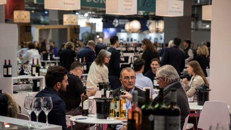Des participants au Salon international du vin, le 10 février 2020 à Paris. (THOMAS SAMSON / AFP)