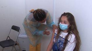 Vaccination des adolescents : des interrogations persistent dans les familles (France 3)