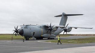 Une photo de l'Etat-major des armées, diffusée le 16 août 2021, montre un A400M qui patiente à la base aérienne d'Orléans Bricy avant de décoller pour l'Afghanistan, où il doit participer aux opérations d'évacuation. (HANDOUT / EMACOM / AFP)
