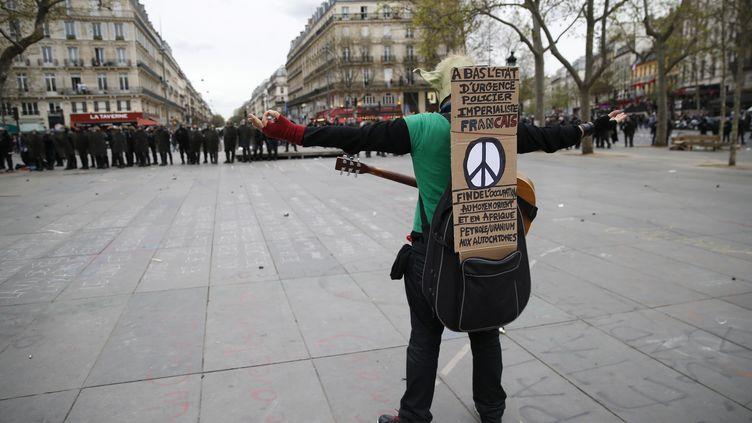 Un manifestant seul face aux policiers, place de la République, le 14 avril 2016 à Paris. (THOMAS SAMSON / AFP)