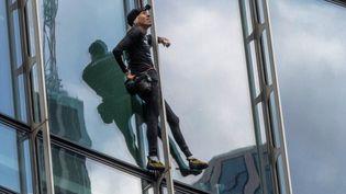 Le grimpeur Alain Robert lors de son ascension du gratte-ciel Skyper à Francfort (Allemagne) le 28 septembre 2019 (BORIS ROESSLER / DPA)