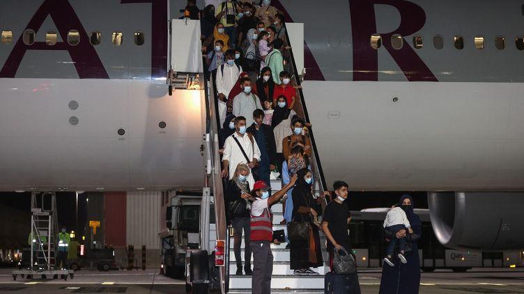 Le vol transportant les 49 Français et leurs proches évacués d'Afghanistan lors de son escale à Doha (Qatar), vendredi 10 septembre 2021. (KARIM JAAFAR / AFP)