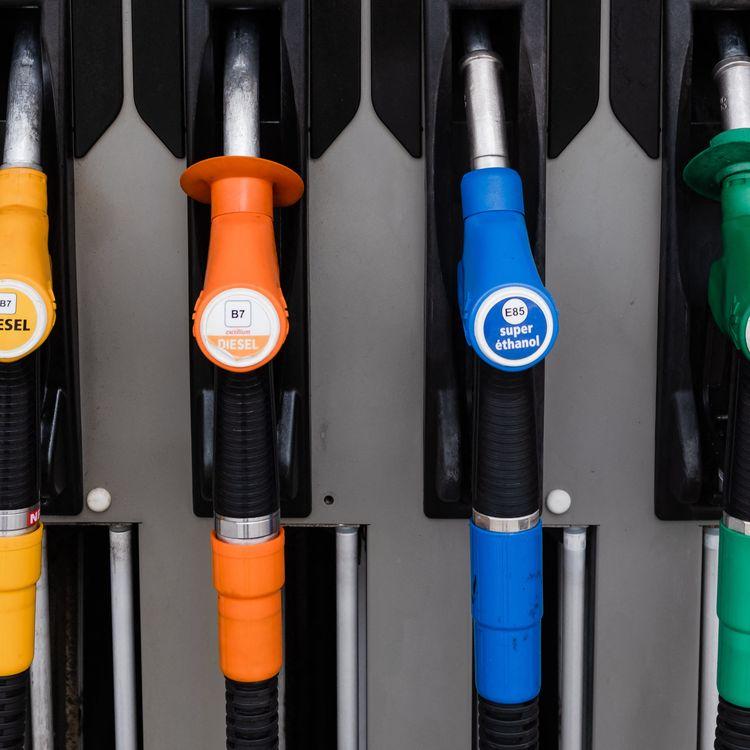 Unepompe dans une station essence deToulouse, en février 2021. (LILIAN CAZABET / HANS LUCAS / AFP)