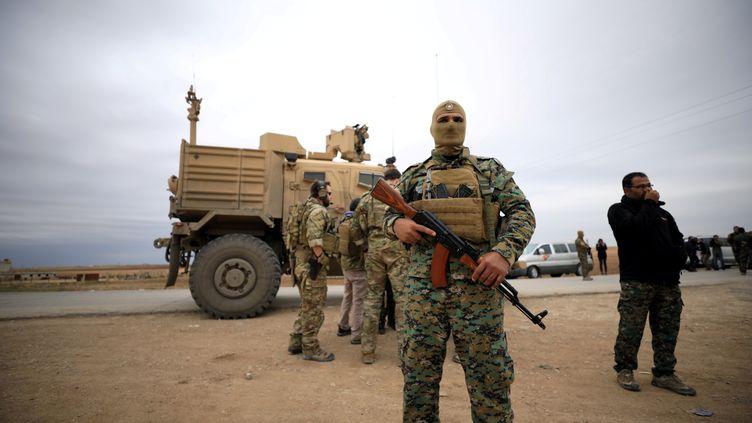 Des soldats américains et des combattants kurdes des Forces démocratiques syriennes patrouillent ensemble, le 4 novembre 2018 à Hassaké, en Syrie. (RODI SAID / REUTERS)