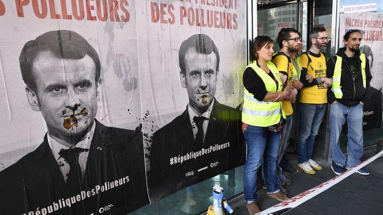 Les associations ANV COP21 et Greenpeace devant plusieurs entreprisesde l'esplanade de la Défense, à Paris, le 19 avril 2019. (JULIEN MATTIA / LE PICTORIUM / MAXPPP)