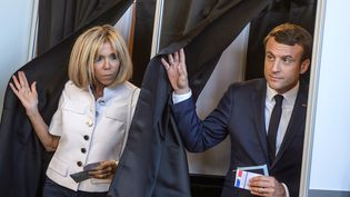 Le président de la République, Emmanuel Macron et son épouse, Brigitte Macron dans leur bureau de vote au Touquet (Pas-de-Calais), le 11 juin 2017. (CHRISTOPHE PETIT TESSON / POOL)