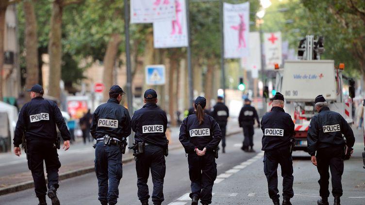 Des policiers patrouillent dans les rues de Lille (Nord), le 1er septembre 2012. (PHILIPPE HUGUEN / AFP)
