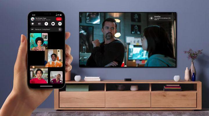 Des amis regardent ensemble mais à distance une vidéo sur leur télé grâce à la fonctionnalité Share Play. (APPLE)
