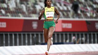 Elaine Thompson-Herah lors de la demi-finale du 200 mètres des Jeux olympiques de Tokyo. (JEWEL SAMAD / AFP)