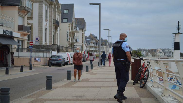 Les plages et parcs sont interditsentre 21h et 7h du matinaprès la détection de cas de coronavirus cette semaine dans la commune. Lundi 27 juillet, Quiberon (Morbihan). (VICTOR VASSEUR / FRANCE-INFO)