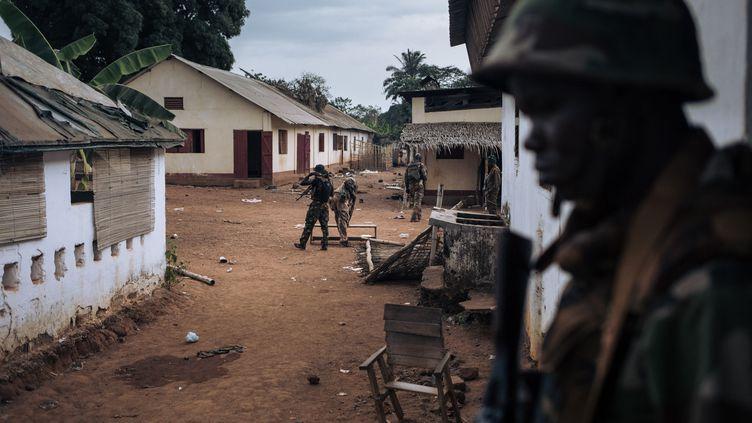Des soldats de l'armée centrafricaine inspectent leur base militaire qui était occupée par des miliciens rebelles à Bangassou, dans le sud-est du pays, le 3 février 2021. (ALEXIS HUGUET / AFP)