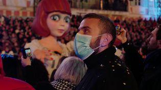 Un homme assiste au carnaval de Nice (Alpes-Maritimes), mardi 25 février 2020. (VALERY HACHE / AFP)