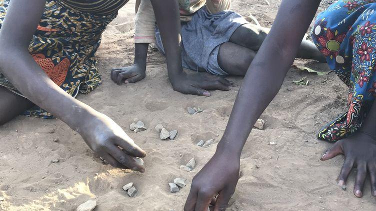 Troisenfants en train de jouer à Kabwe, touchée par le plomb. La terre est la principale source depollution auplomb dans cette ville du centre de la Zambie. (Zama Neff / Human Rights Watch 2018)