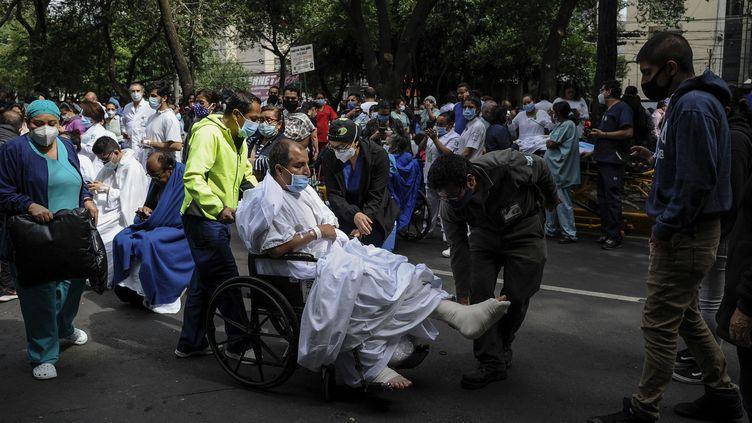 Un hôpital est évacué à Mexico, en raison d'un puissant séisme, mardi 23 juin 2020. (CLAUDIO CRUZ / AFP)