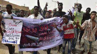 Des manifestants défilent contre l'armée, le 30 juin 2019 à Omdourman (Soudan). (AHMED MUSTAFA / AFP)