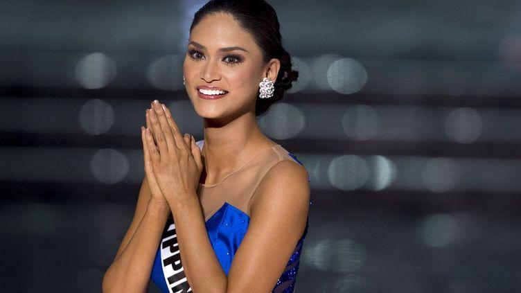 Lors de la cérémonie de Miss Univers à Las Vegas, le 20 décembre 2015, le présentateur de la cérémonie, suivie par des millions de téléspectateurs, l'acteur, humoriste et animateur Steve Harvey, a mal lu la fiche qui donnait le nom de la gagnante. Et a annoncé par erreur que Miss Colombie, Ariadna Gutierrez, avait été élue... Radieuse, Ariadna Gutierrez a commencé à saluer et à envoyer des baisers à la foule qui l'acclamait. C'est alors que Steve Harvey, très, très embarrassé, a repris la parole: «OK, je dois présenter mes excuses. La deuxième est la Colombie. Miss Univers 2015 est Miss Philippines»… La musique triomphale saluant la gagnante a retenti une deuxième fois. Miss Colombie, atterrée, a alors quitté la scène devant une Miss Philippines, Pia Alonzo Wurtzbach, actrice et animatrice de télévision connue, totalement stupéfaite. Le concours de Miss Univers est très populaire en Amérique Latine et dans une grande partie de l'Asie.Au même moment, tout près de là, une femme, au volant d'une voiture dans laquelle se trouvait un bébé fonçait sur la foule sur le célèbre Strip. La voiture était «comme une balle de bowling et les gens comme des quilles», a raconté une touriste à la chaîne de télévision NBC. «Ce n'était pas un acte de terrorisme», a affirmé la police. Pour autant, celle-ci considère que «cela pourrait être un acte intentionnel». (REUTERS - Steve Marcus)