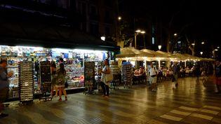 Des touristes sur La Rambla,une semaine après l'attentat du 17 août 2017 à Barcelone. (JEAN-FRANCOIS FERNANDEZ / FRANCEINFO)