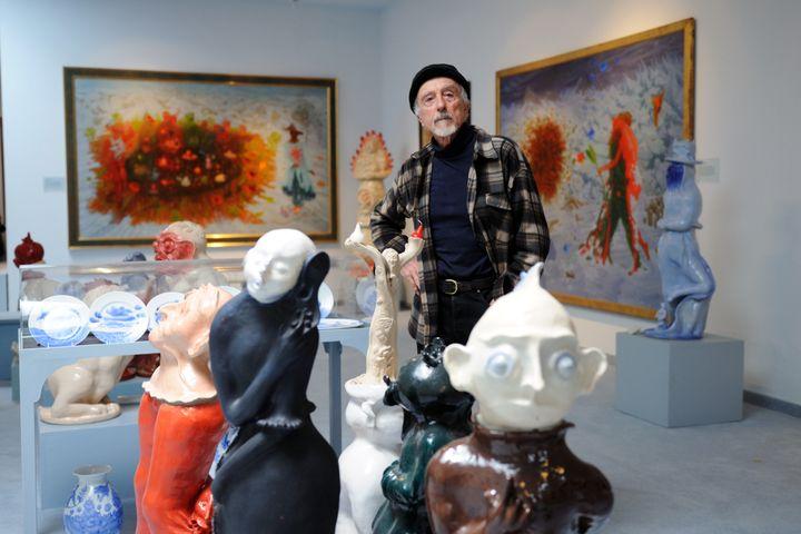 """L'artiste était connu pour ses oeuvres colorées, représentantes du mouvement du """"réalisme fantastique"""". (CLEMENS FABRY / APA-PICTUREDESK)"""
