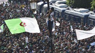 """À Alger, les manifestants réclament une """"nouvelle indépendance"""", ce vendredi 1er novembre, 65 ans après le début de la guerre contre le colonisateur français. (RYAD KRAMDI / AFP)"""