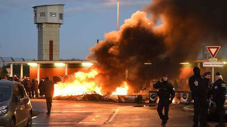 Manifestation devant la prison de Vendin-le-Vieil (Pas-de-Calais) le 16 janvier 2018. (FRANCOIS LO PRESTI / AFP)