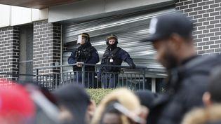 """Plusieurs centaines de personnes, encadrées par des policiers anti-émeute,ont manifesté dimanche 6 février à Aulnay-sous-Bois. Ils réclamaient """"Justice pour Théo"""", gravement blessé lors de son interpellation quatre jours plus tôt. (FRANCOIS GUILLOT / AFP)"""