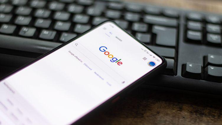 La page d'accueil de Google, sur un smartphone, le 22 octobre 2020. (NICOLAS ECONOMOU / NURPHOTO / AFP)