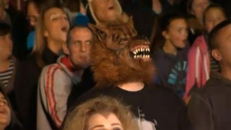 Ces inconditionnels du loup et de son cri glaçant s'étaient donné rendez-vous dans le Bedfordshire (Royaume-Uni), pour fêter comme il se doit l'ouverture d'un parc d'attractions sur le thème de Halloween. (EVN )