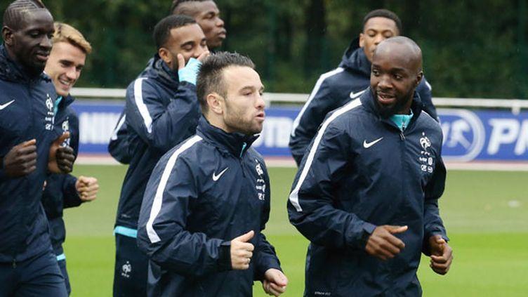 Lassana Diarra à l'entraînement des Bleus à côté de Mathieu Valbuena