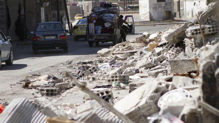 Des habitants quittent leur domicile après des bombardements à Damas (Syrie), le 4 août 2012. (OMAR AL KHANI / REUTERS    )