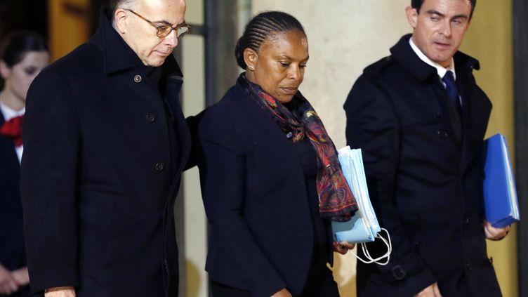 Le ministre de l'Intérieur Bernard Cazeneuve, la ministre de la Justice Christiane Taubira et le Premier ministre Manuel Valls à la sortie du palais de l'Elysée, le 9 janvier 2015. (PATRICK KOVARIK / AFP)